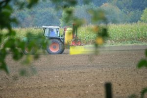 Tractor_spraying_pesticides_Wiki_cc_Stefan-Thiesen