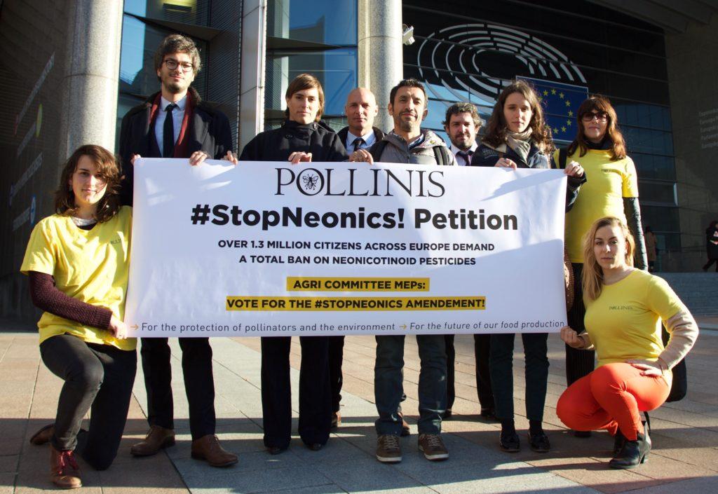 la team à Bruxelles nov 2017 banderolle #StopNeonics