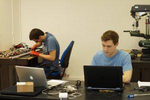 Jérémie et Laurent au travail. Photo : POLLINIS
